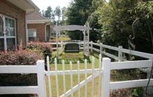 Independent Cottage Backyard